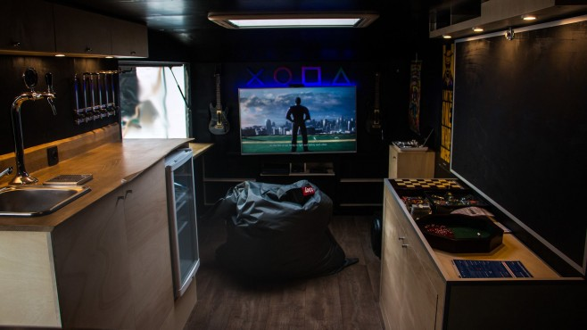 Mancave on wheels - entertainment Foto's